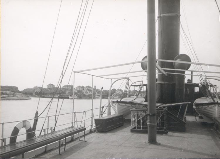 """Noterat på kortet: """"KÄRINGÖN"""". """"Ångb. anlagd. Albrektsund)"""" """"FOTO (D47) DAN SAMUELSON 1924. KÖPT AV DENS. DEC. 58""""."""