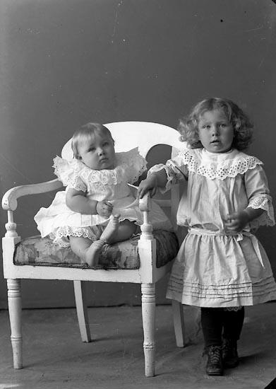 """Enligt fotografens journal nr 3 1916-1917: """"Gustafsson, Rutger Vulseröd Jörlanda""""."""