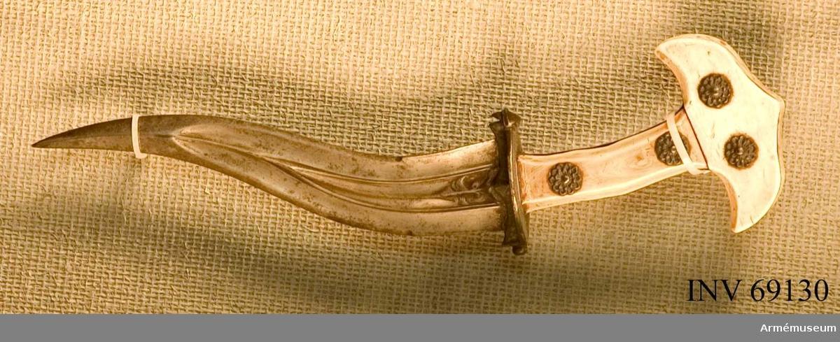 Blad av stål, fäste av silver (parerplåt och blomornament) och ben (elfen-?, två x två plattor).