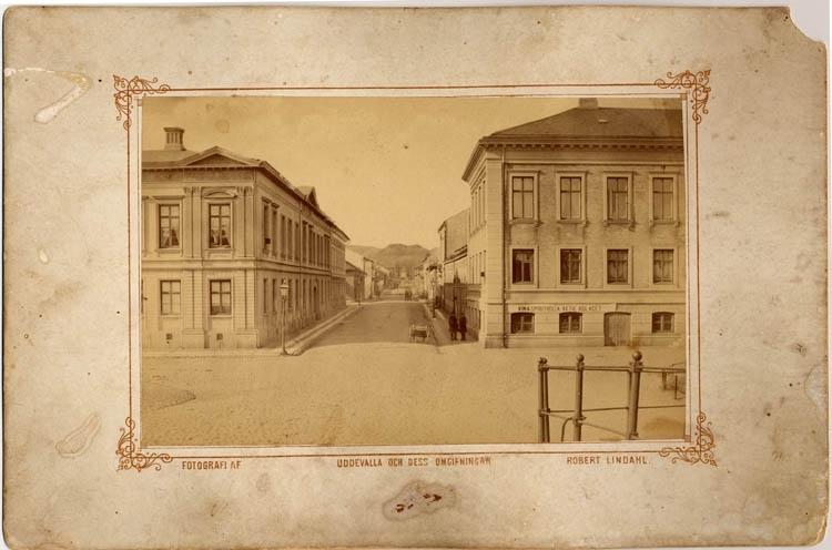 "Tryck på bildens framsida: ""Fotografi af Uddevalla och dess omgifningar Robert Lindahl."""