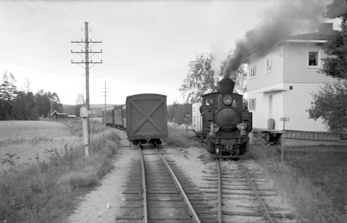 Skifting med lok 4 Setskogen på meierisporet på Mork stasjon. Vogn S62 hentes utenfor meieriet. Vogn S62 gikk fast mellom Mork meieri og Sørumsand.