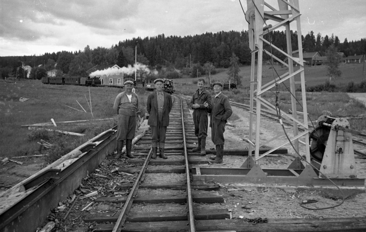 Tømmerfløtere ved losseanlegget for tømmer på Skulerud brygge.