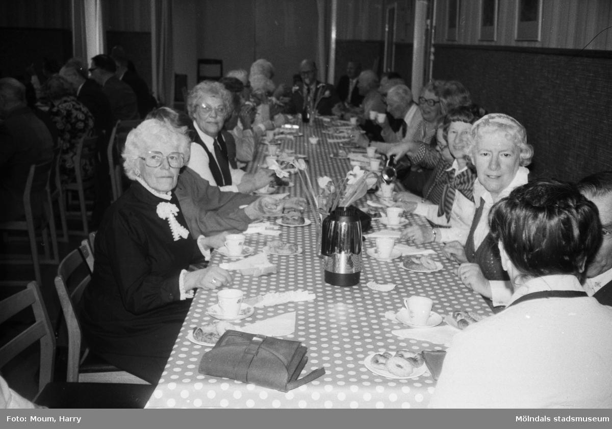 Pensionärsträff i gamla kommunalhuset i Kållered, år 1983.  För mer information om bilden se under tilläggsinformation.