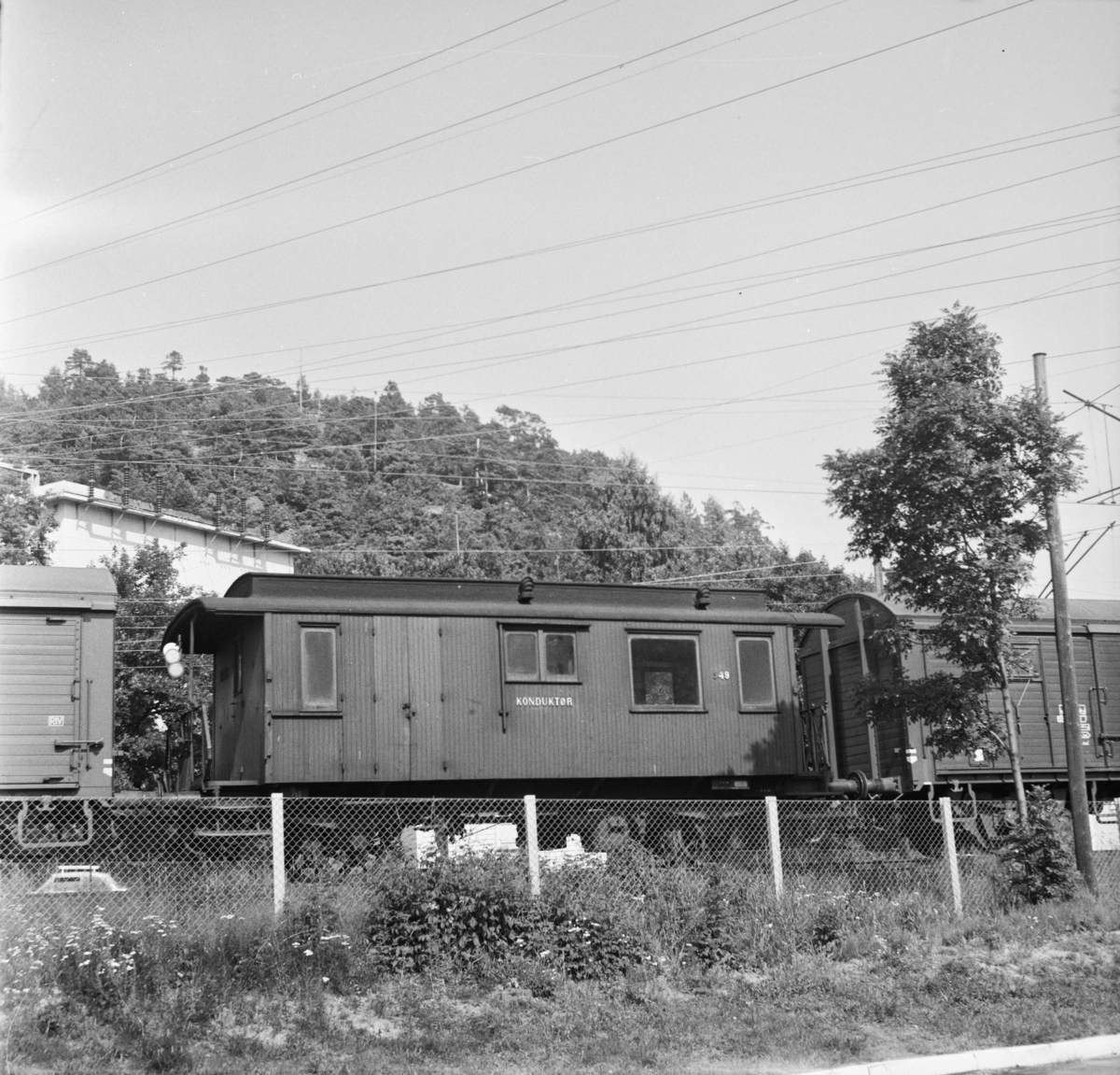 Kombinert konduktør- og passasjervogn type BF3b nr. 549 i godstog på Sørlandsbanen.