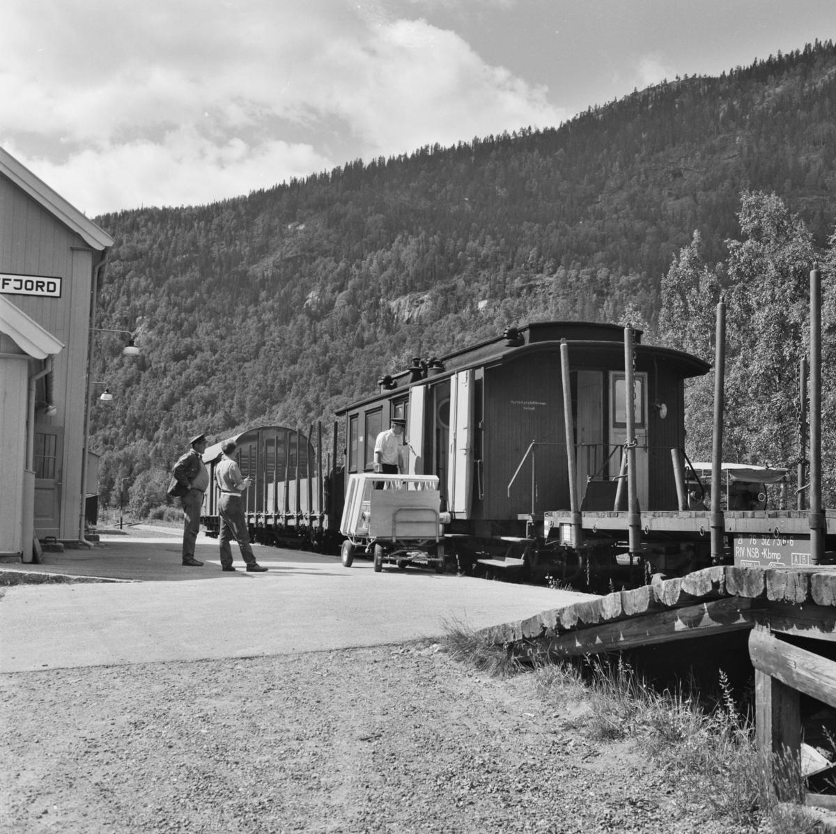 Lossing og lasting av stykkgods på godstog 5397 på Norefjord stasjon.