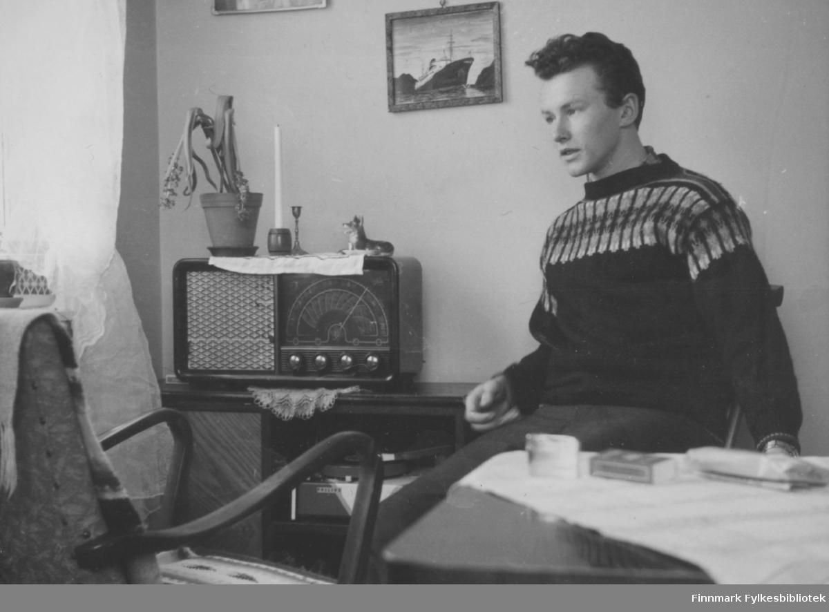 Ragnvald Nymo sitter i stua hjemme i Ildskog.