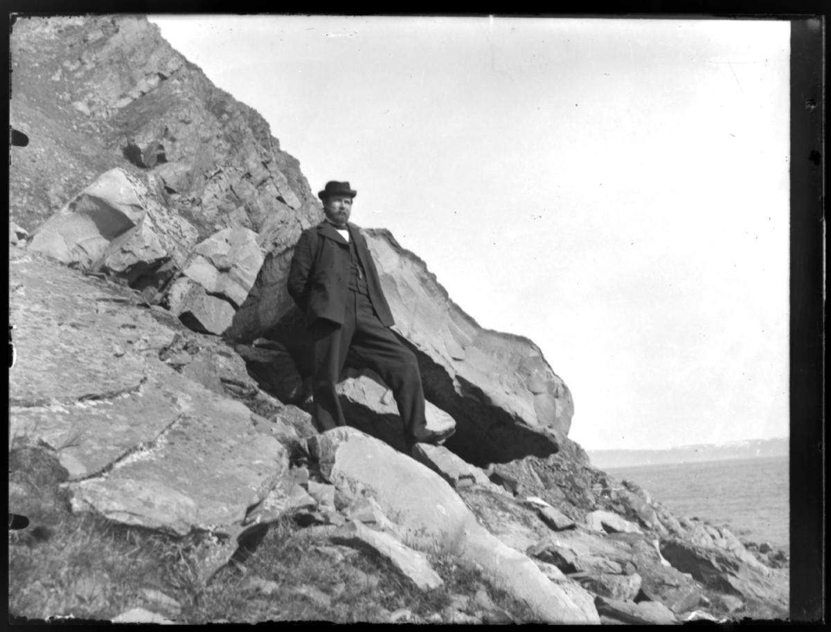Mann stående i bratt skråning i Finnkongkeila