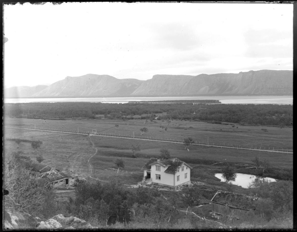 Bildet er tatt fra fjellet ned mot gården Nedre Birkelund