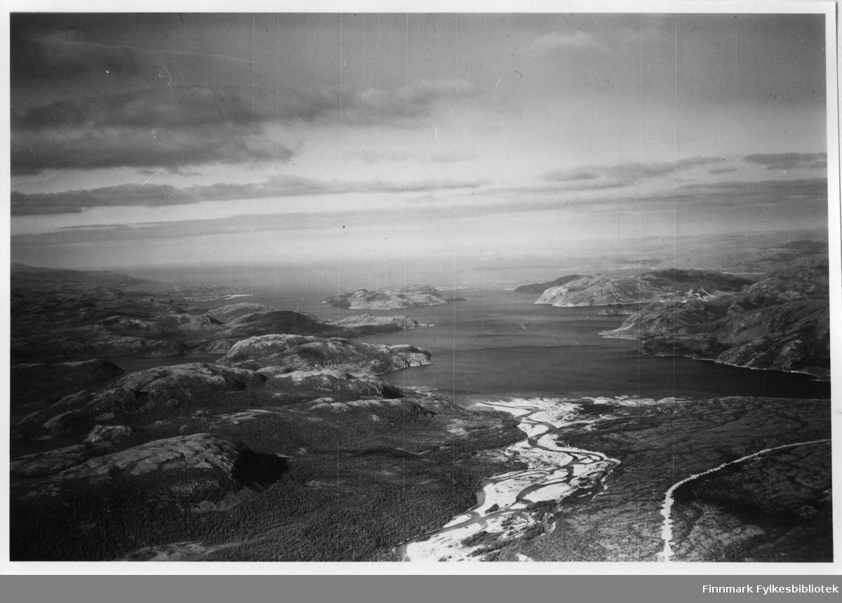 Flyfoto av Storfjorden/Kunes i Lebesby. Negativ nr. 61422