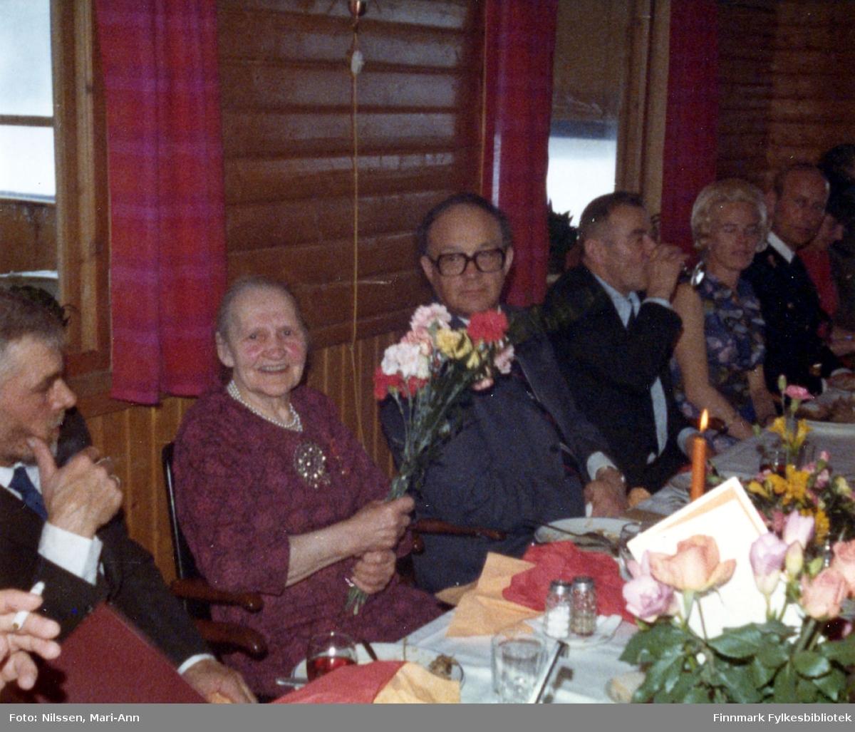 Marie Sivertsen ble tildelt Kongens fortjenestemedalje i gull under en høytidelig tilstelning på Neiden fjellstue, 3. mai 1977