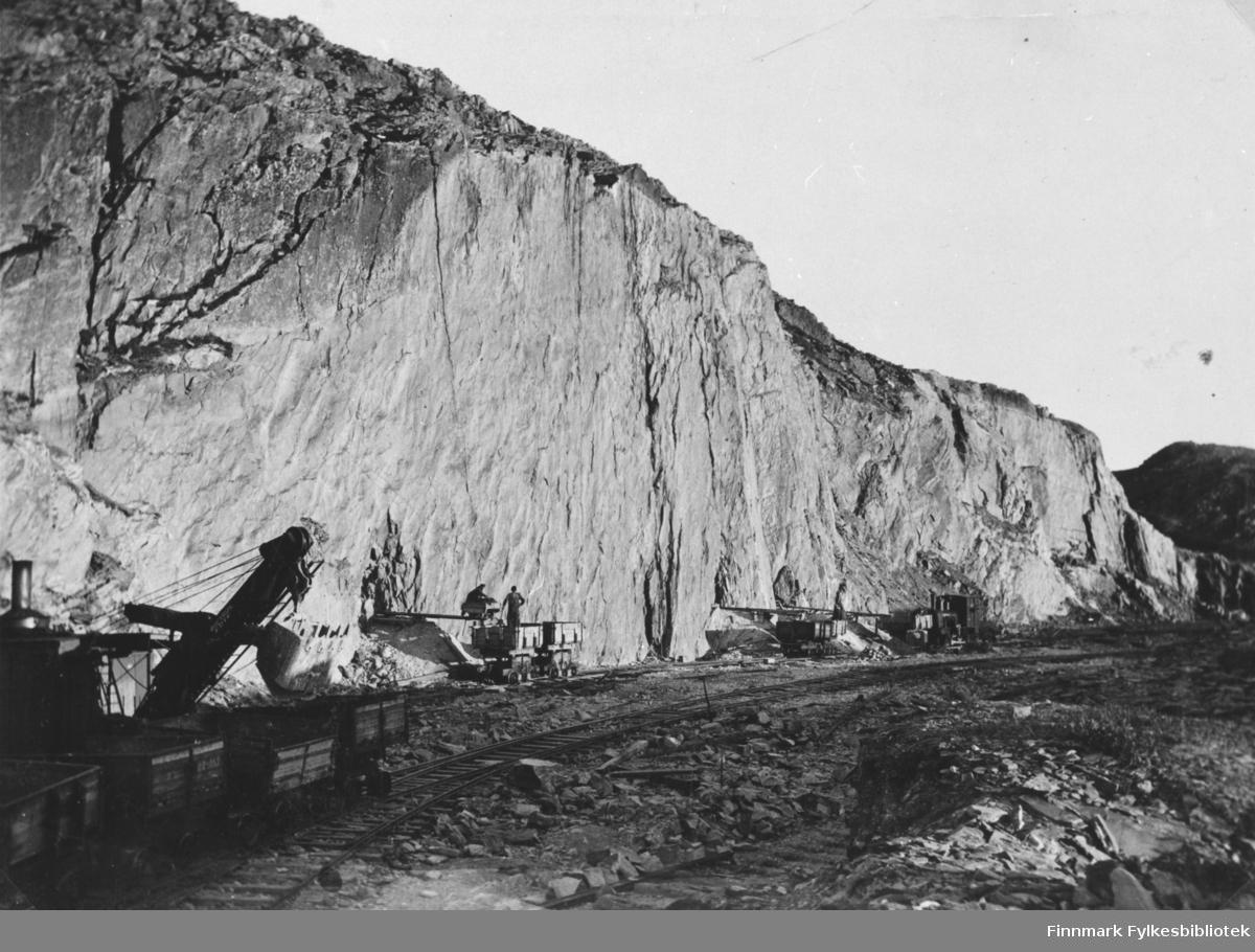 Et bilde fra stolldrifta i Berlevåg før storsprengningen i 1933 Til venstre har vi en dampskuffel, datidens gravemaskin. Her ble stein til moloen sprengt ut.