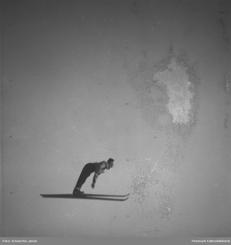 Kretsrennet på ski , Vadsø 1946. 'Olav Odden i fire faser', her i luftig svev. Det står masse folk i bakken. Se også FB 93153-011, -013 og -014.