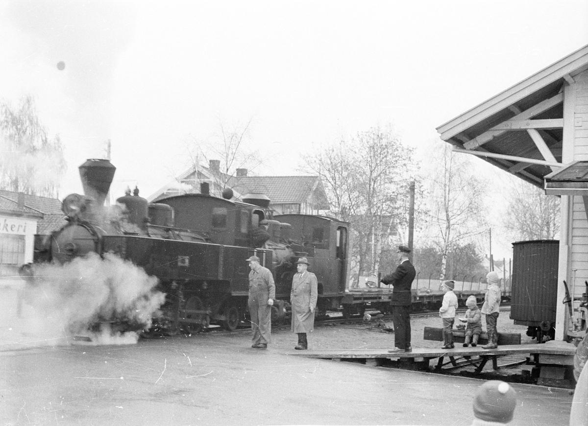Damplokomotiv nr. 7 Prydz og nr. 2 Urskog på Sørumsand stasjon i forbindelse med overføringen til Jernbanemuseet på Hamar.