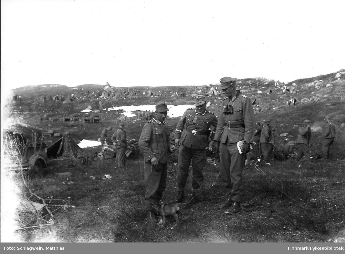 Tyske soldater på øvelse i området ved Sydvarangers anlegg i Kirkenes (eller lenger øst mellom Petsamo og Litsa?).  Leirslaging på fjellet, april/mai 1941.