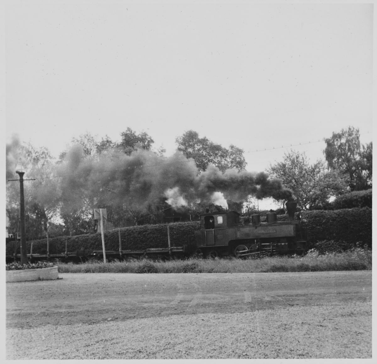 Tog retning Sørumsand trukket av damplokomotiv 5 Bjørkelangen passerer hospitset på Bjørkelangen.
