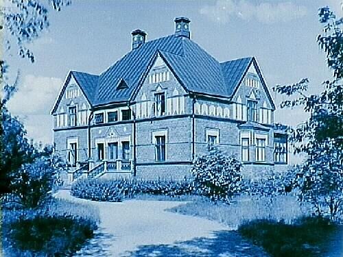 Längbro Prästgård, tvåvånings tegelbyggnad med glasad veranda, tre fronthuvar och burspråk.Beställningsnr: 133.