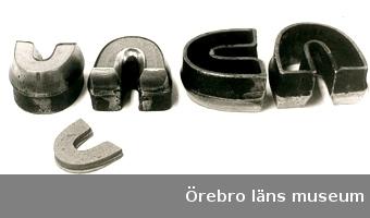 """Stansjärn för understickslappar s k """"hästskor"""" (hästskojärn), 4 stLängd 6,5 -9,5 cm, höjd 5 cm.Av specialstål, svartmålade upptill. Hästskoformade. 1-3) har i bakpartiet ingraverat: 2. Användes till att stansa understickslappar av konstläder, s k hästskor. Köp från Br Janssons skofabrik, Åbytorp.Deponerat till Skoindustrimuseet i KumlaNeg.nr.1211/84"""