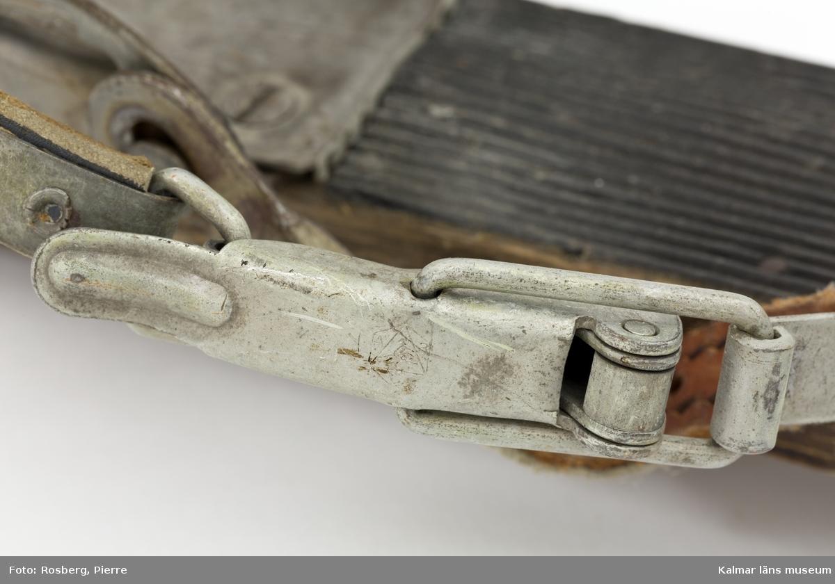 KLM 45692. Skidor, ett par. Av trä, lackade, med gummiklädd fotdel. Bindning av metall med läderremmar. Prägling i metallen: ABC MADE IN SWEDEN PATENT 78242 78489. Prägling i träet: 6 ¼ I 82.