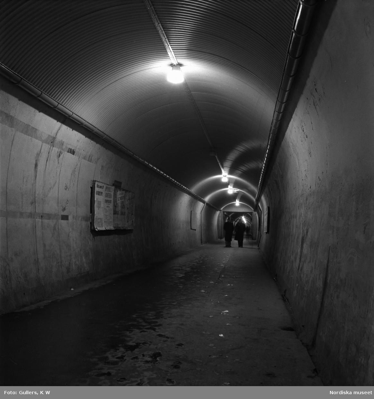 """Stockholm. """"Brunkebergstunnelns långa, grå schakt ekar av stegen från de sista nattvandrarna."""""""
