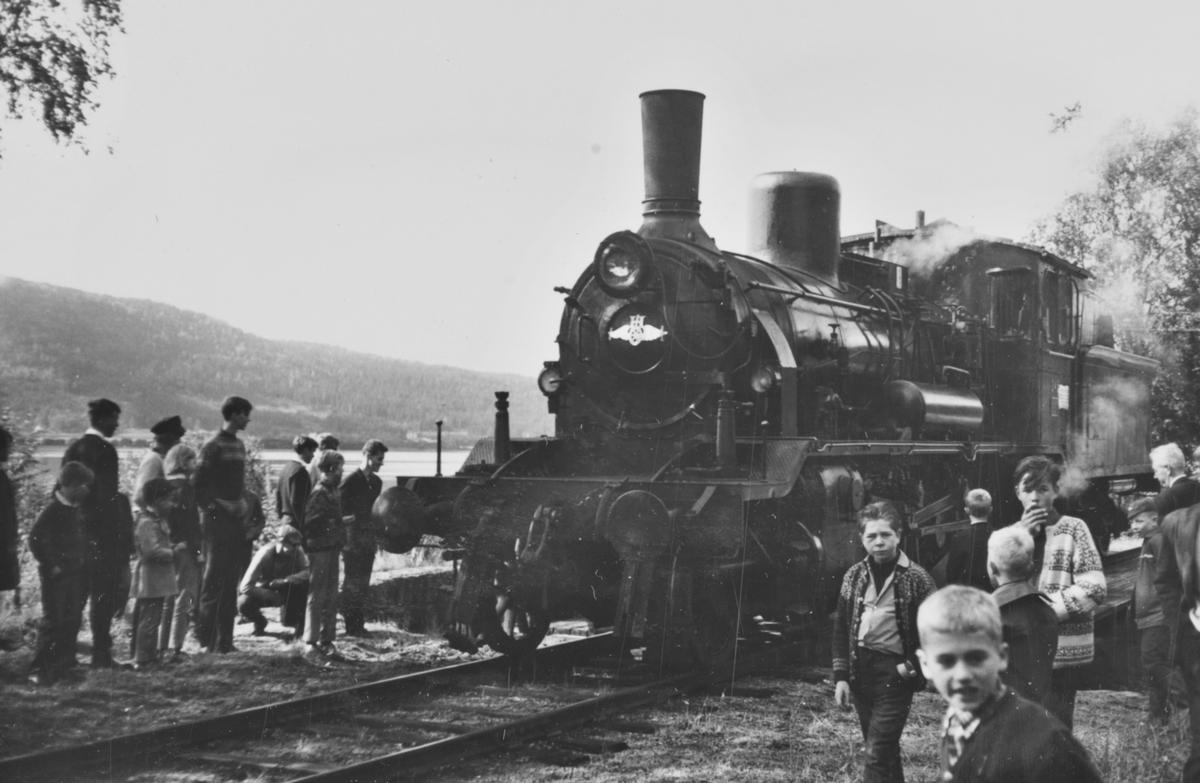 A/L Hølandsbanens veterantog har ankommet Krøderen stasjon. Damplokomotiv 18c 245 er snudd på svingskiven.