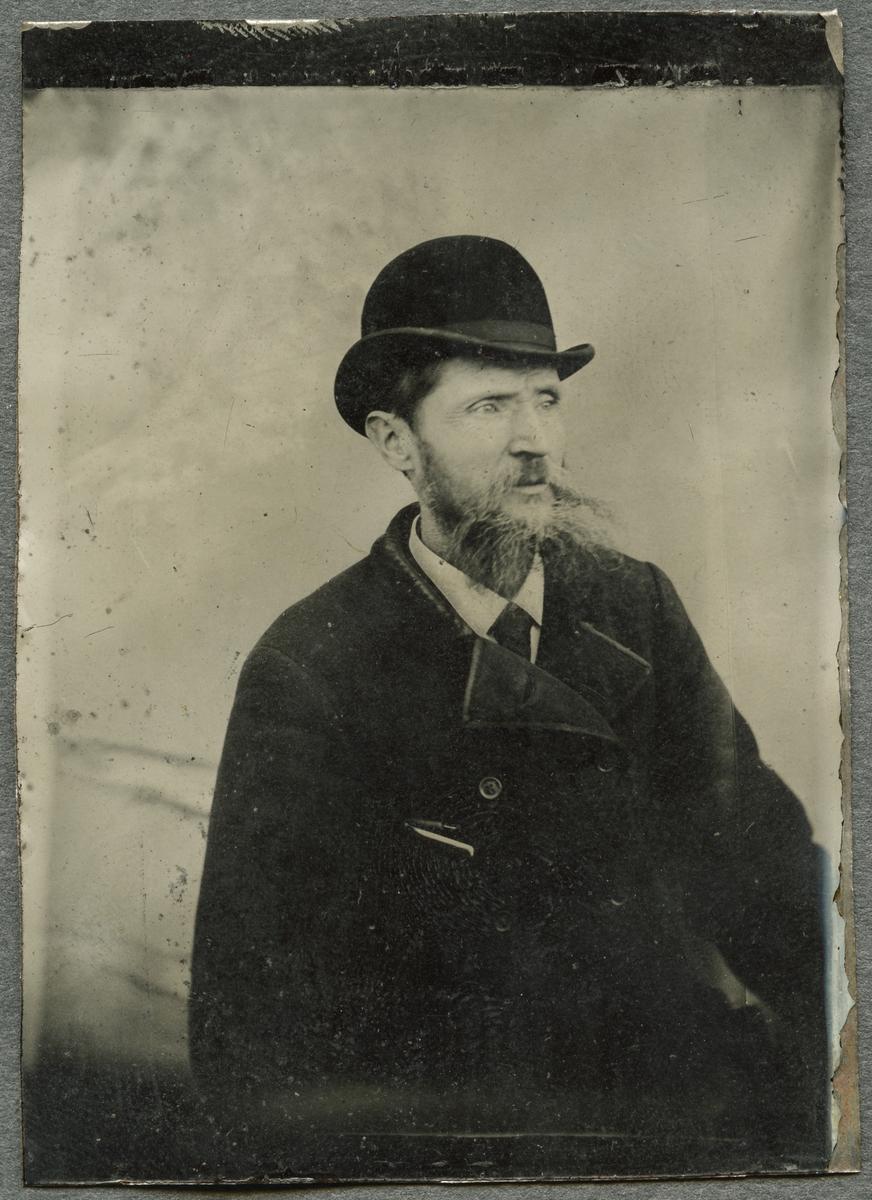 Ferrotyp. Porträttet föreställer garvargesällen Otto Carlström, vilken under åren 1903-1905 arbetade i fröken Wallers faders garveri. Carlström var född 1852 och blev gesäll 1872 samt avled 1905.
