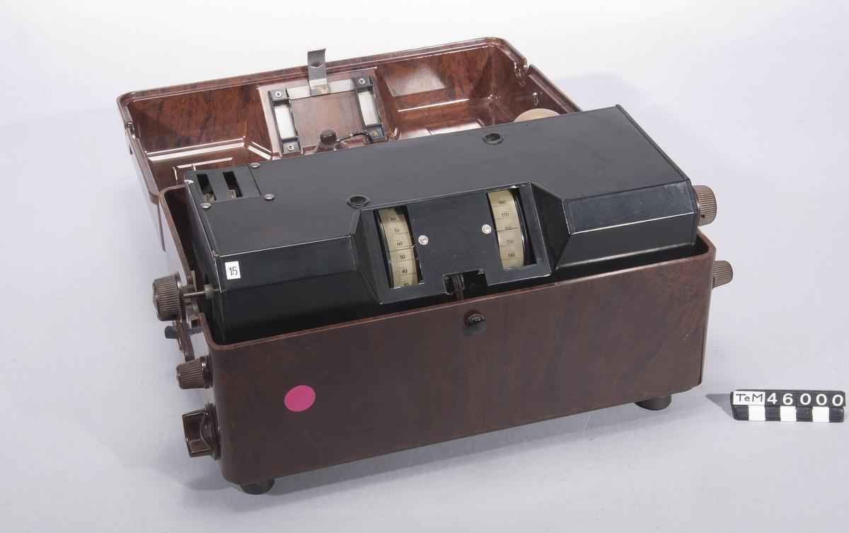 Fyrarörs nätansluten radiomottagare i bakelitfodral, för mellan- och långvåg. Nätansluten radioapparat. Philips Typ 2531, nr 6974.