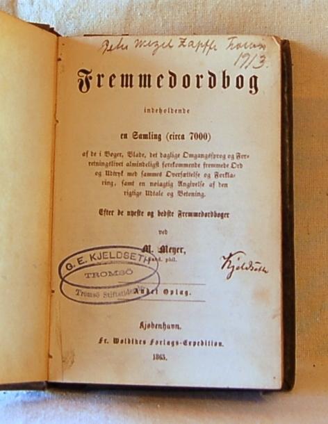 Filosofen Peter Wessel Zapffe og hans kone Berit testamenterte sin eiendom på Båstad i Asker til Universitetet i Oslo. Da det ble besluttet å selge eiendommen i 2009 ble deler av P.W. Zapffes arbeidsrom og andre eiendeler overlatt til Asker Museum. Denne samlingen inngår nå som en permanent utstilling på museet. Løst, mørkgrått papiromslag.