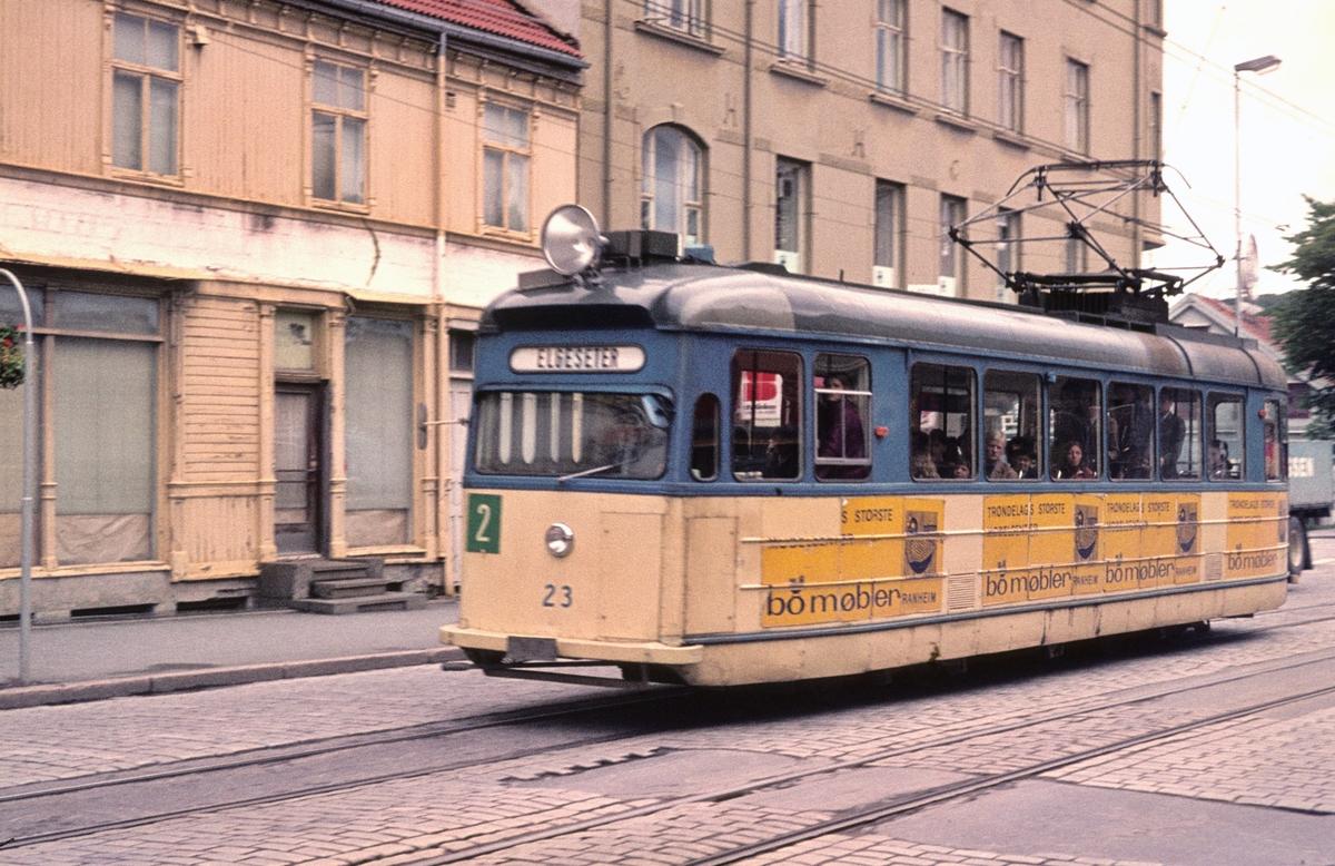 Trikk i Olav Tryggvasonsgate. Vogn 23 (Strømmen) til Trondheim sporvei i linje 2 til Elgeseter.