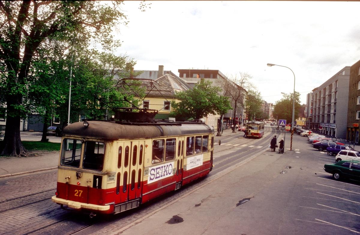 Trikker i Kongengsgate. Trondheim trafikkselskap vogner 27 og 18 på linje 1.