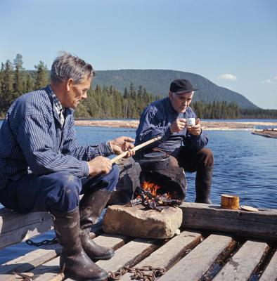 Fløtere på spillflåte i mai 1969. Ulvsjøen, Trysil.