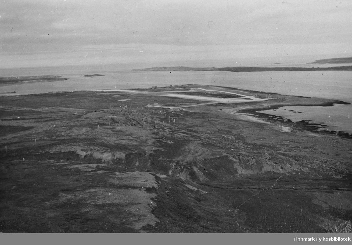 Svartnes flyplass, Svartnes/Vardø,  fotografert 2/-1945. Vi kan ennå se noe av de tyske anleggene. Svartnes hørte den gangen til Båtsfjord kommune.