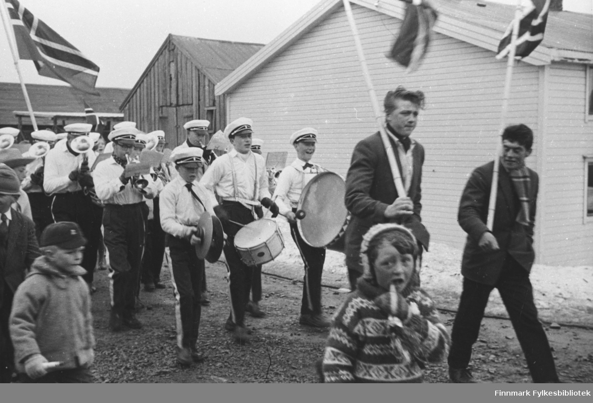 Kiberg Skole og Ungdomskorps det første året de spilte. Leder og dirigent for korpset var Oddvar Støme