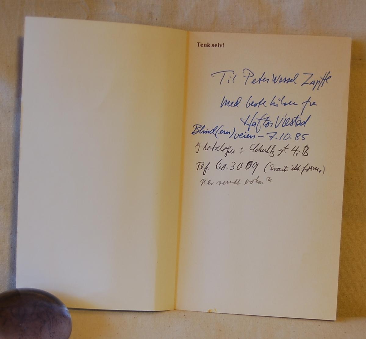 Filosofen Peter Wessel Zapffe og hans kone Berit testamenterte sin eiendom på Båstad i Asker til Universitetet i Oslo. Da det ble besluttet å selge eiendommen i 2009 ble deler av P.W. Zapffes arbeidsrom og andre eiendeler overlatt til Asker Museum. Denne samlingen inngår nå som en permanent utstilling på museet. Blått bokmerke (B) i boken