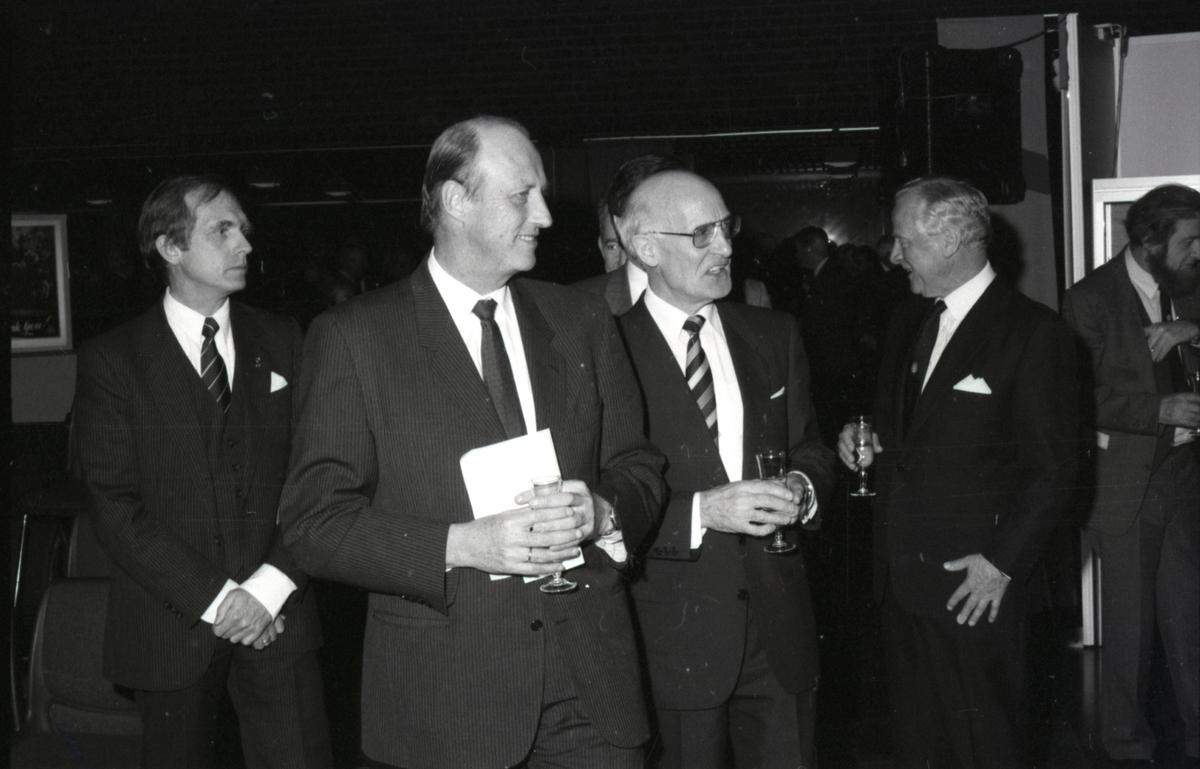 Kronprins Harald på omvisning med direktør Pettersen i forbindelse med åpning av utstillingen - Handelsflåten i krig 1939-1945.