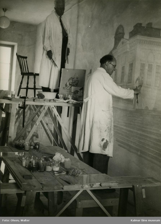 Prins Eugen utför väggmålning i Stagneliusskolans trapphus.