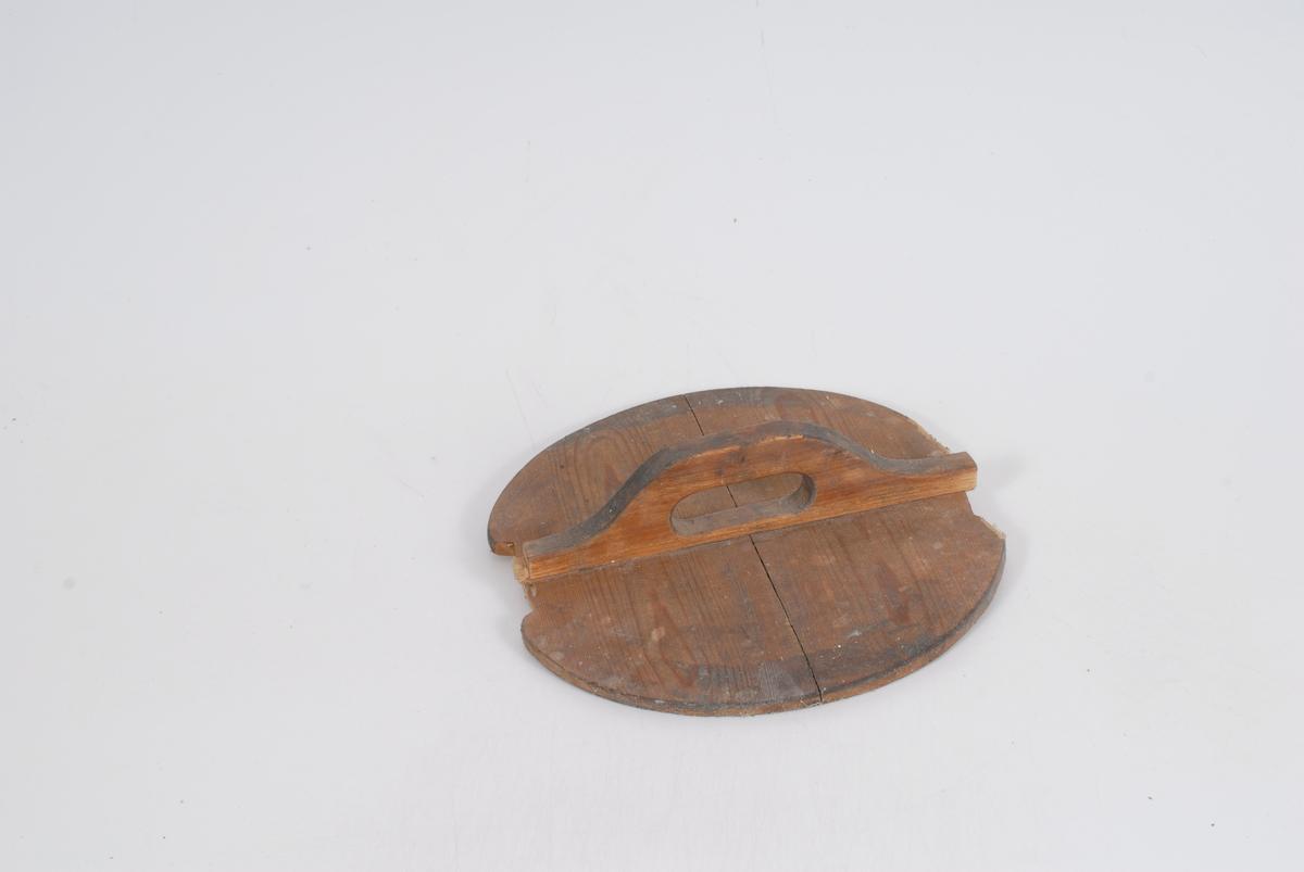 Form: Laget av to stykker pluss hank. Hanken er gradet til lokket, en tapp i hanken.