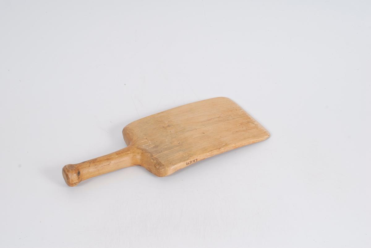 Form: Avrundet skaft, brettet har rette hjørner
