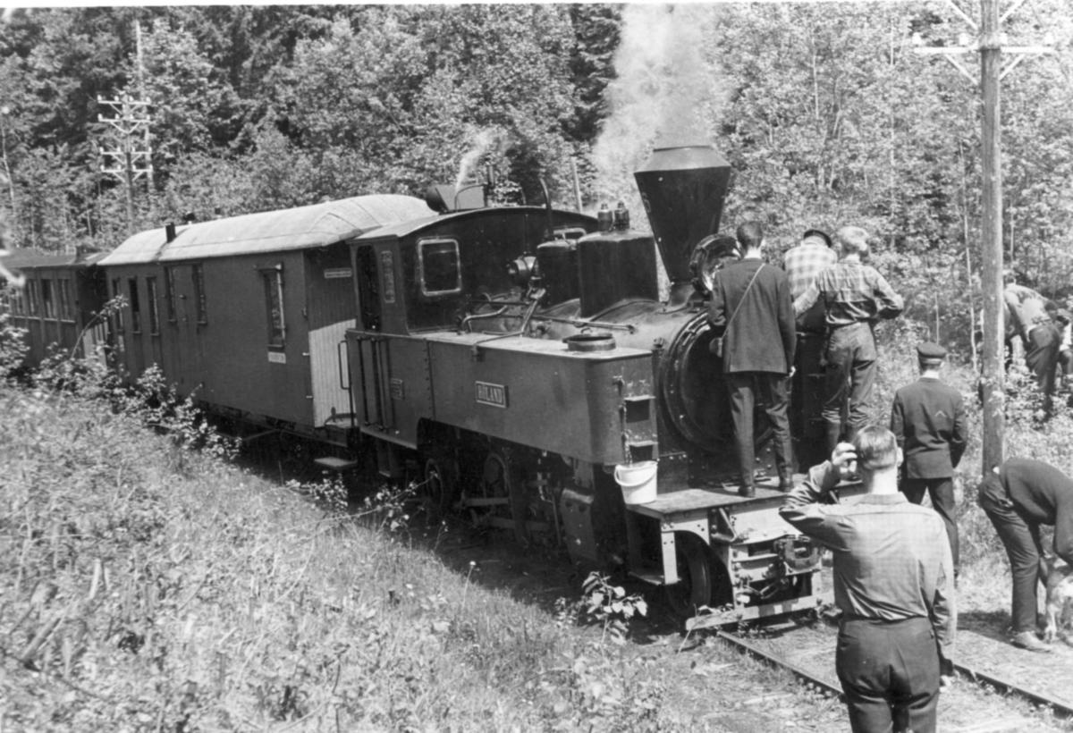 Et av de første tog på museumsbanen Urskog-Hølandsbanen ved Sørumsand, trukket av damplokomotiv 6 Høland. Toget har stoppet underveis for vannfylling.