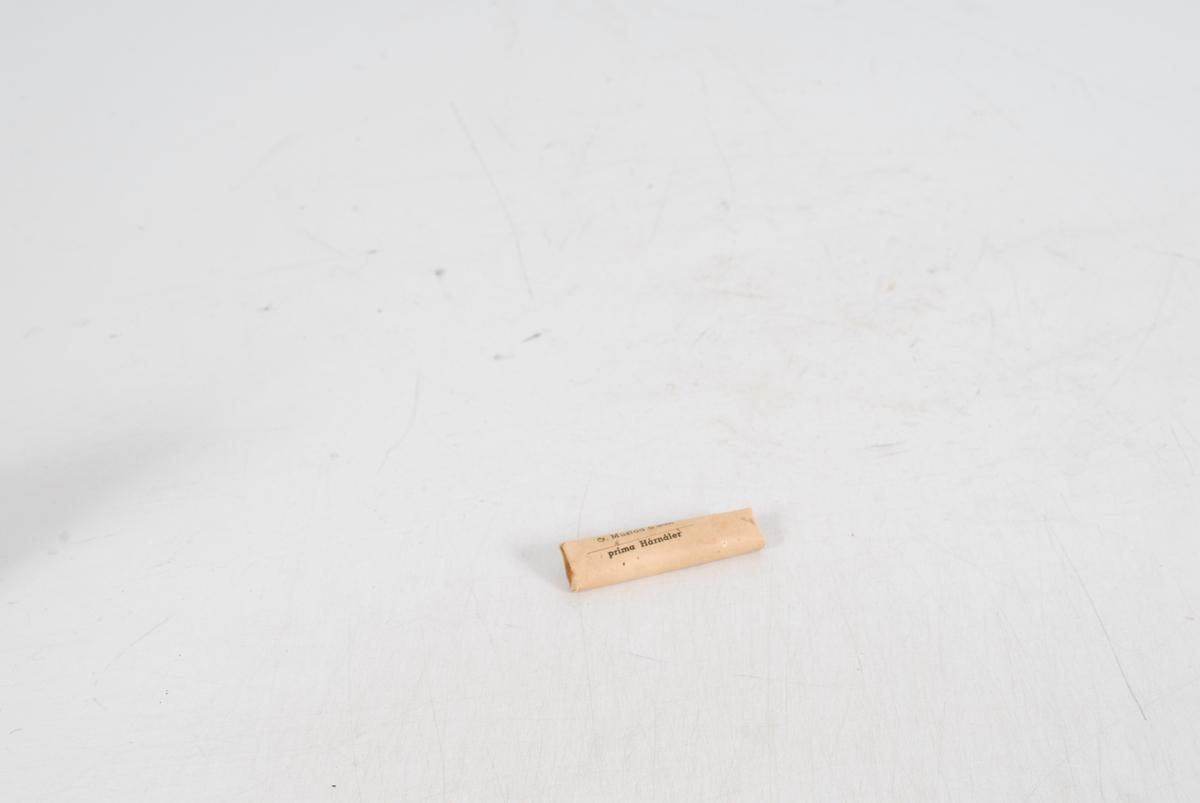 Form: avlang flat liten pakke, uformede hårnåler med noen bølger på hver side