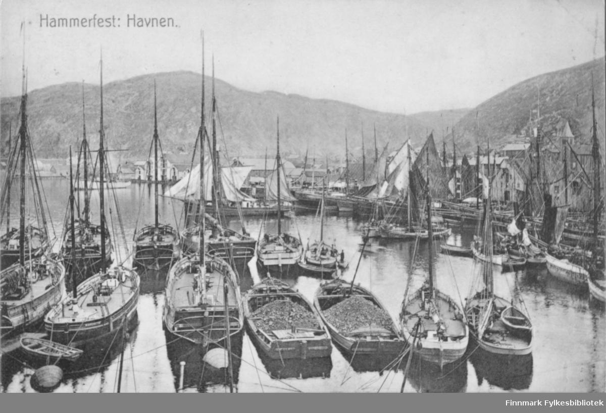 Postkort med trykt tekst 'Hammerfest: Havnen' - vi ser seilskip, pomorfartøy og lasteprammer