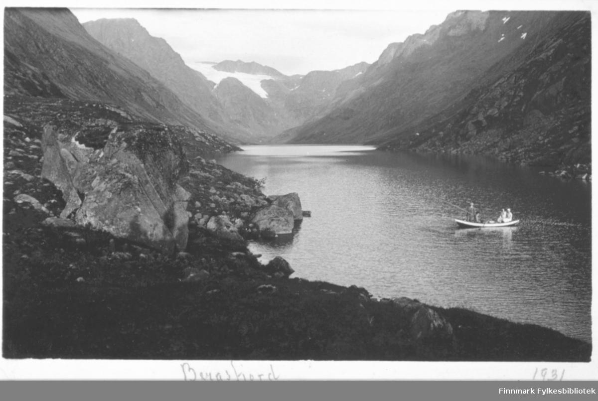 Fisketur på Bergsfjordvannet. Påskrift: Bergsfjord 1931
