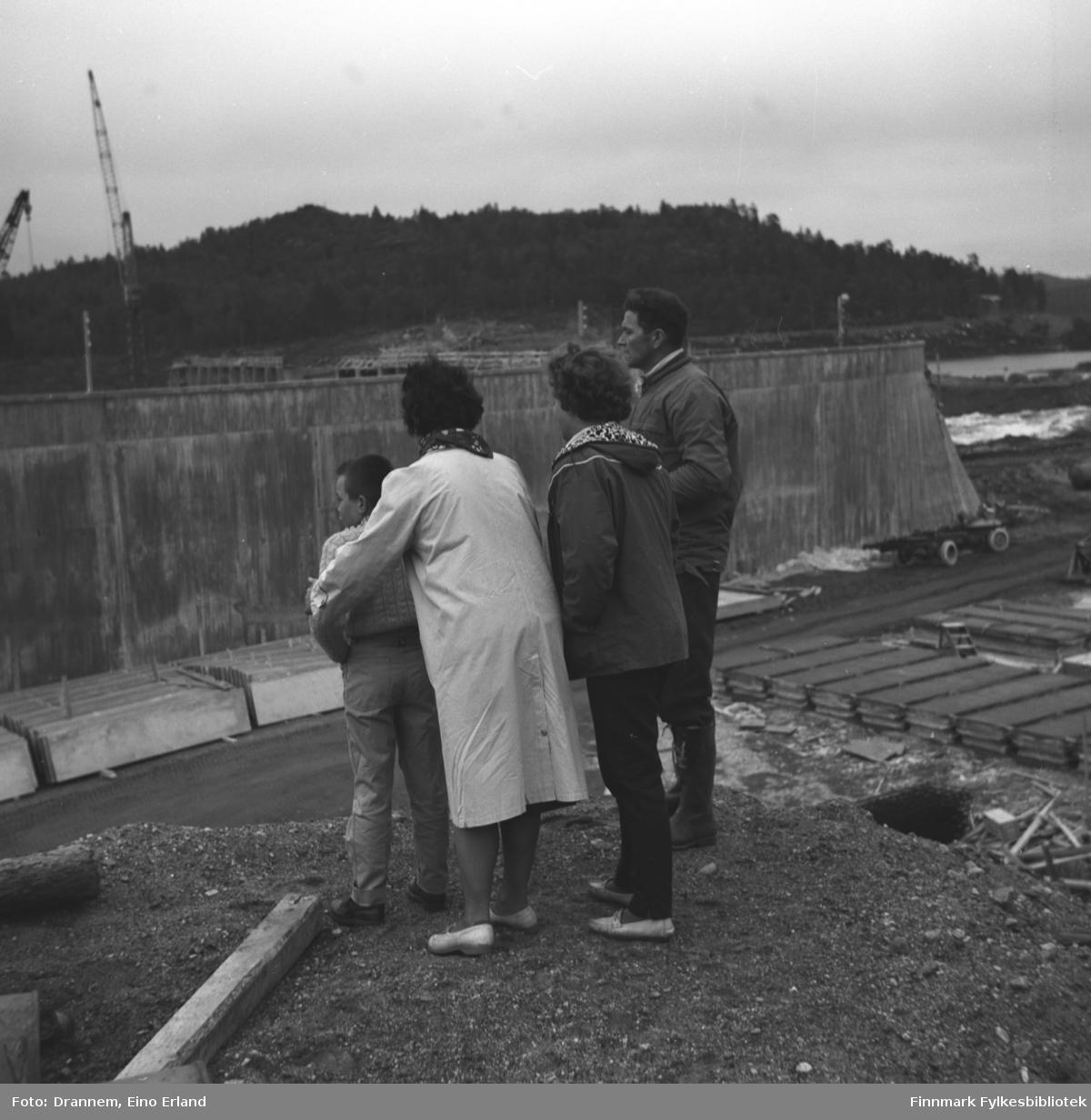 Fire personer fotografert i Pasvik. Til venstre på bildet står en ukjent gutt, rett bak står Jenny Drannem. Så følger Turid Karikoski og Hermann Karikoski.