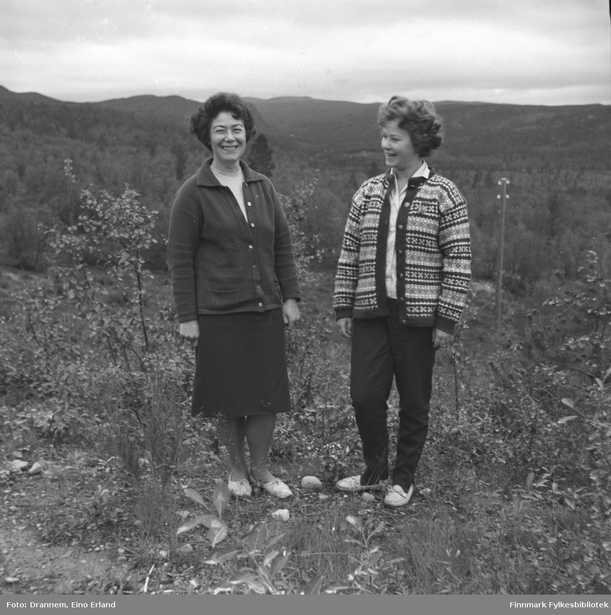 Jenny Drannem og Turid Karikoksi står i et skogkledt område, muligens i Neiden.