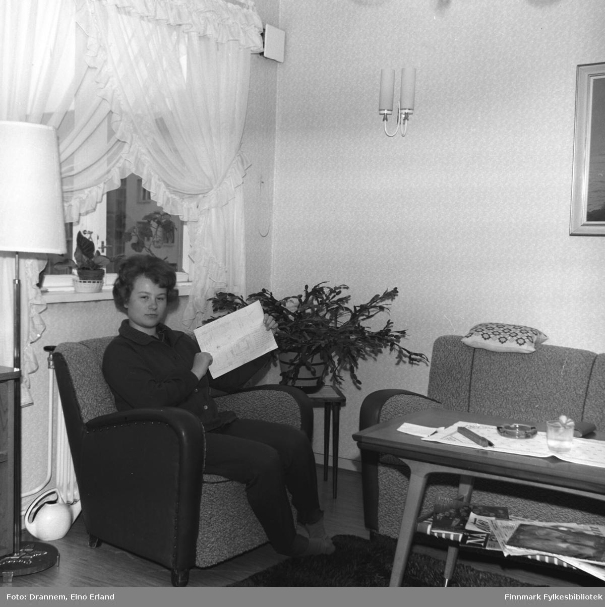 Turid Karikoski sitter i sofaen hjemme i familens leilighet i Hammerfest.