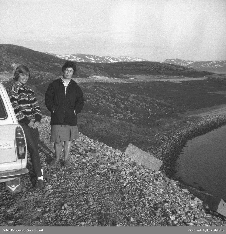 Marit Gabrielsen og Jenny Drannem ved siden av Drammens bil langs Rv94 med Kargenes i bakgrunnen.