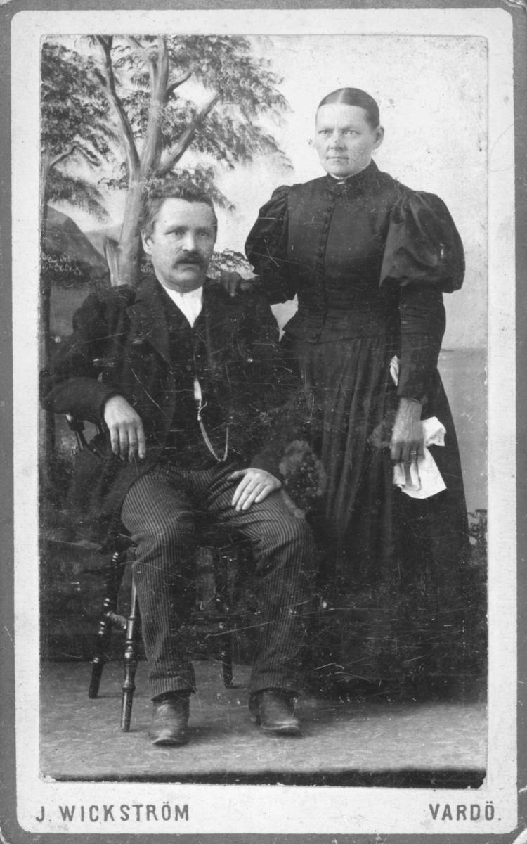 Visittkortportrett av en mann og en kvinne. Antagelig skreddermester Emil Halto med sin andre kone Emma.