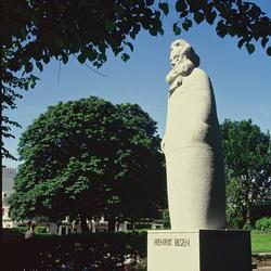 Statue av Henrik Ibsen utenfor Den Nationale Scene. Statuen