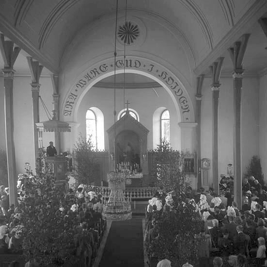 Gudstjänst i kyrka vid Christina Nilsson-jubileet 1943.Vederslöv. Redan 1851 beslutades att en ny kyrka skulle uppföras och sammanbyggas med Dänningelanda församling. Men Dänningelanda församling som 1750 uppfört en ny träkyrka efter en brand var inte intresserade att delta i kyrkbygget. 1872 fastställdes till sist genom en Kunglig resolution beslut om gemensam kyrka för de båda församlingarna och platsen för den nya kyrkan bestämdes till Vederslöv strax norr om den gamla kyrkan. Den nya kyrkan som är uppförd 1878-79 präglas av den nyklassicistiska stilen, men med tydliga historicerande stildrag av nygotik och nyromantik ritades av Edvard von Rothstein. Detta tar sig i uttryck i form av ett spetsigt torn, höga fönster, altarskrank och en öppen bänkinredning. Kyrkan invigdes den 10 oktober 1879 av biskop Johan Andersson.