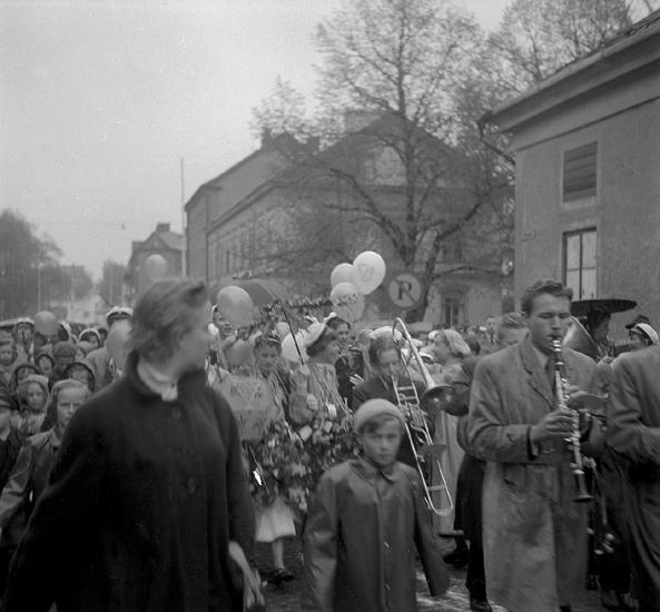 Studenterna tredje dagen, 19/5 1954. Studenter och anhöriga m.fl. på väg längs Storgatan mot Stortorget. I bakgrunden skymtar Gamla Flickskolan och Strykjärnet. Ganska suddigt foto.