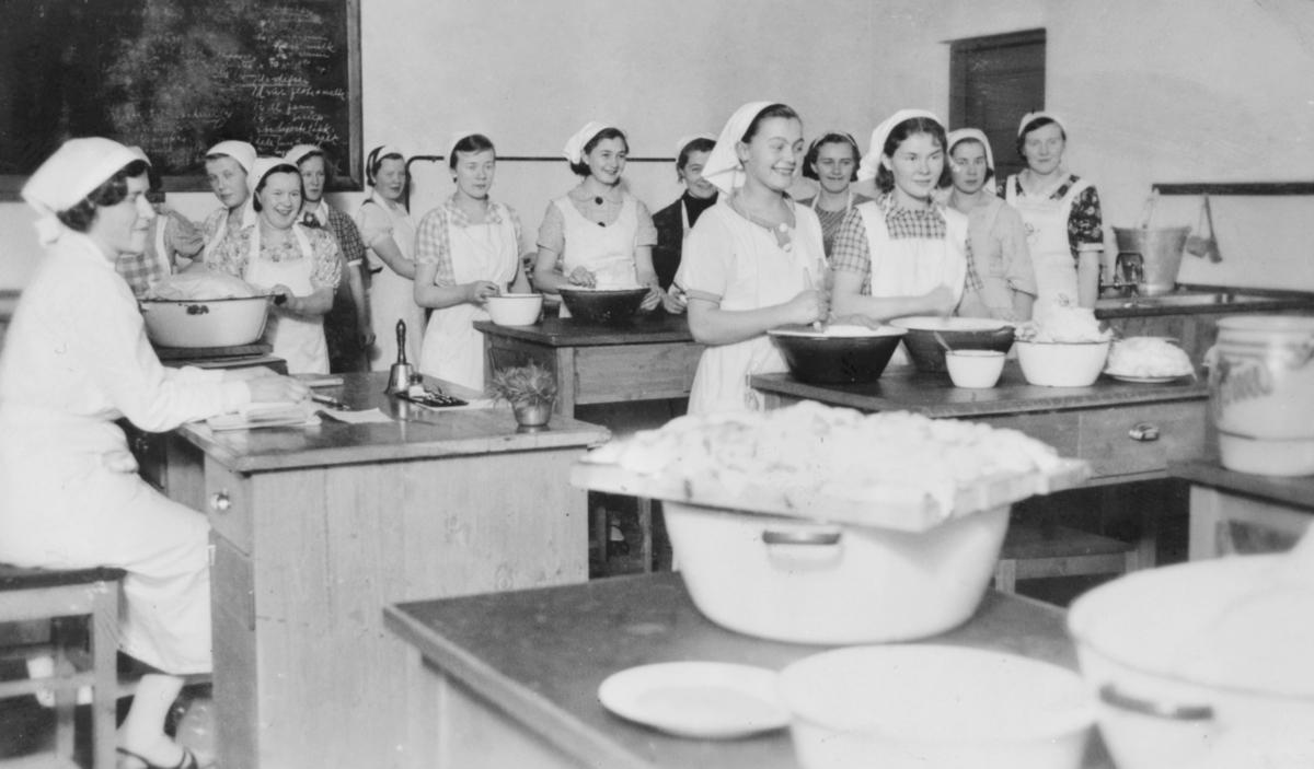 Skolekjøkkenet på Svanvik Ungdomsskole 1936-1937.